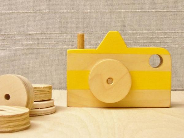 Gele houten camera