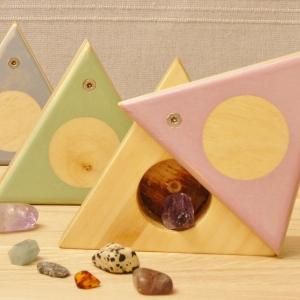 houten doosje met roze draaideksel in 3 hoek voor met ronde ruimte voor kleine schatten zoals sieraden, kralen of schelpen