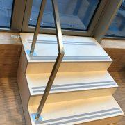 houten trap met rvs leuning