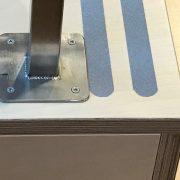 Detail houten trap met rvs leuning