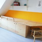Houten bed zonder matras met bureau en kast