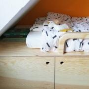Hoofdeinde van een houten bed met boeken