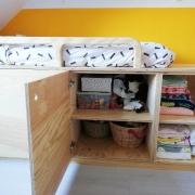 Open kastje onder een houten handgemaakt bed