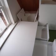 Witte zolderkast met logeerbed met lades